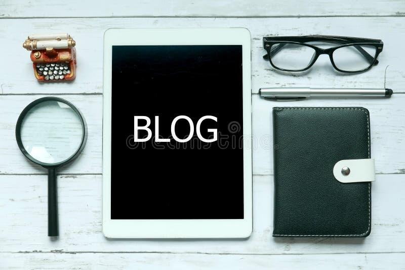 网上数字社会媒介博克概念 放大镜、玻璃、笔、笔记本和片剂顶视图写与博克在白色 图库摄影