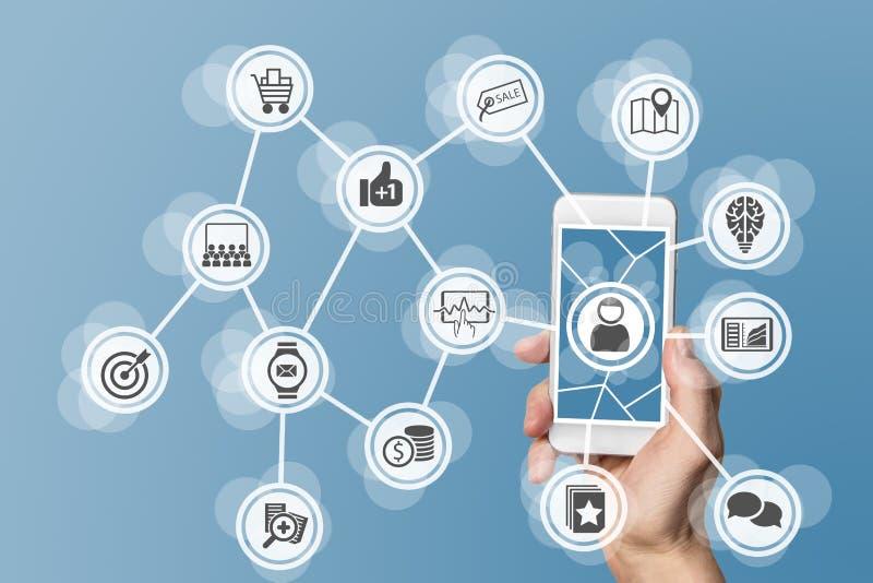 网上流动营销通过支持大数据、逻辑分析方法和社会媒介 概念用拿着现代巧妙的电话的手 免版税库存照片