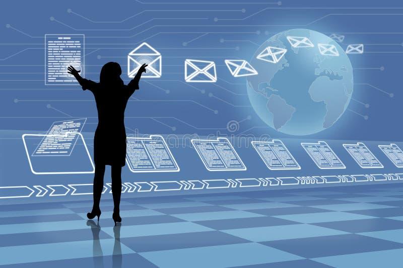读网上电子邮件的剪影妇女 免版税库存图片
