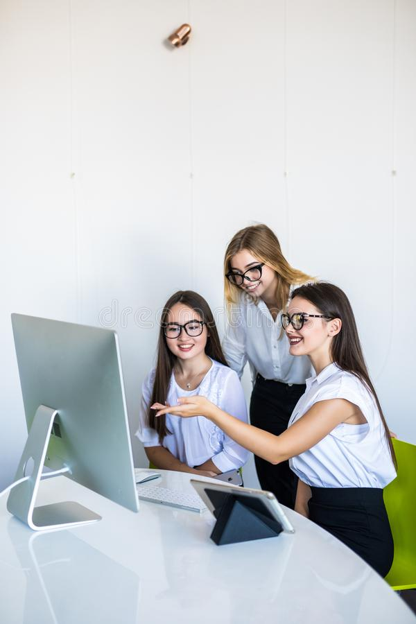 网上胜利或企业成就激发的不同的年轻和资深女性同事 多种族愉快的女实业家 库存图片