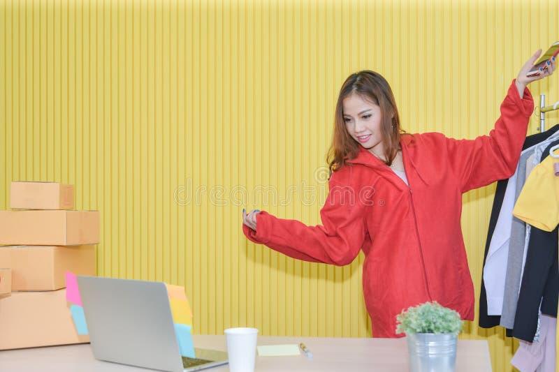 网上营销,亚裔妇女在社会媒介使用放出活的录影引起主角和卖 观察者到行销里 库存照片