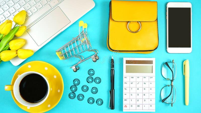 网上购物的概念flatlay与手推车和辅助部件 库存照片