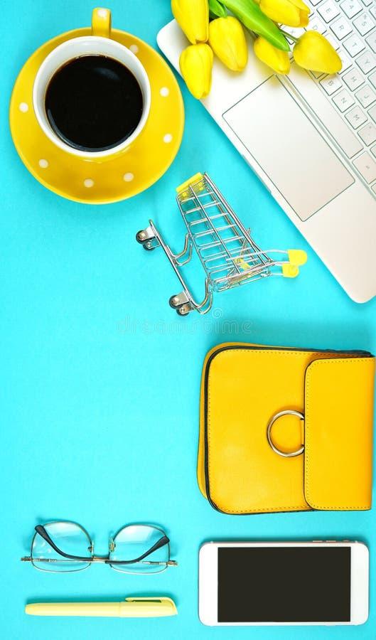 网上购物的概念flatlay与手推车和辅助部件 免版税库存照片