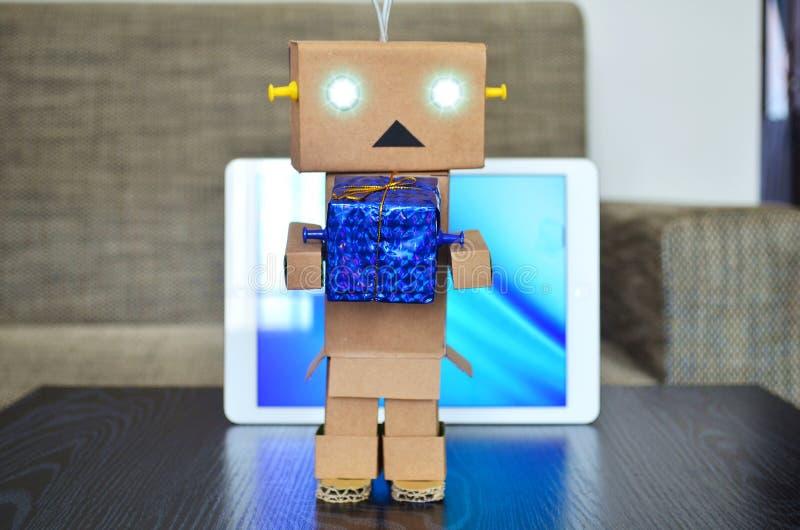 网上购物,机器人交付圣诞节礼物 免版税库存照片