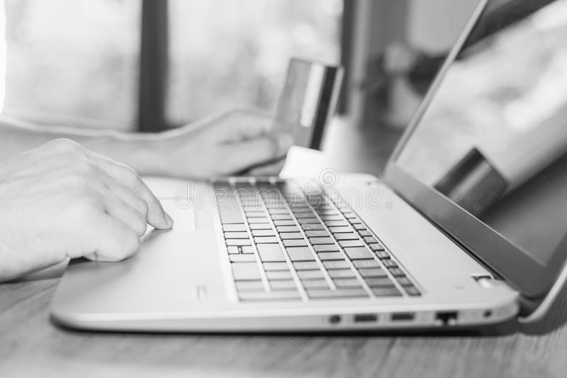 网上付款的概念由塑料卡片的通过互联网银行业务 免版税库存照片