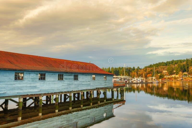 网棚子在皮吉特湾反射在违规记录港口 库存图片