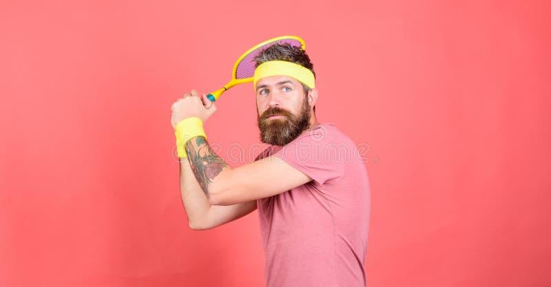 网球员葡萄酒时尚 o 运动员行家举行网球拍在手中红色背景 免版税库存照片