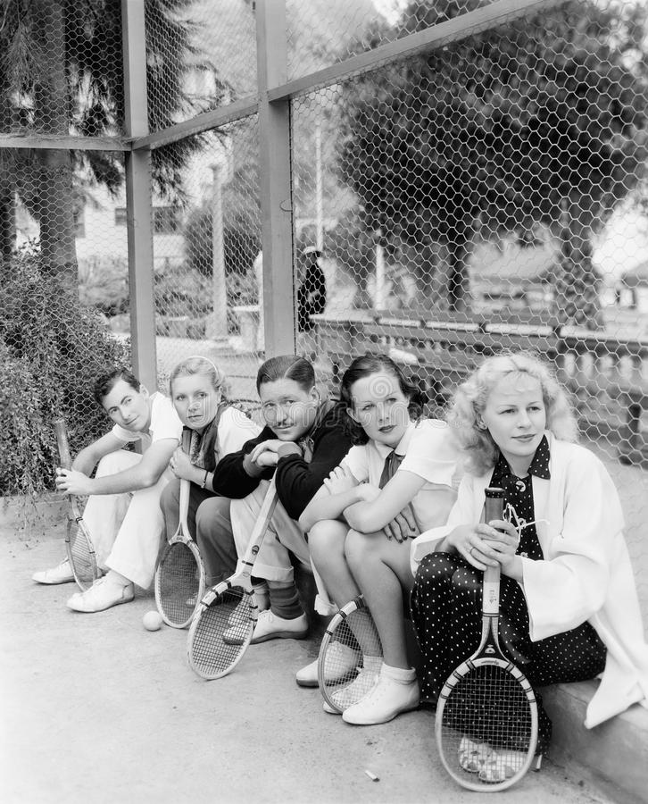 网球员行有球拍的(所有人被描述不更长生存,并且庄园不存在 供应商的保单  免版税库存图片