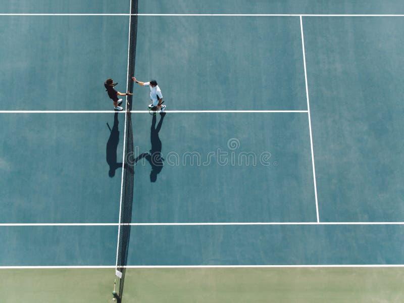 网球员震动移交网 免版税库存照片