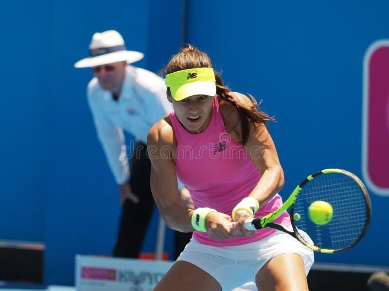 网球员Sorana Cirstea为澳网做准备在Kooyong经典陈列比赛 免版税库存照片
