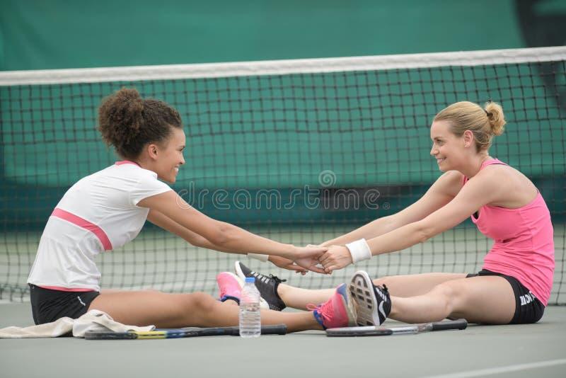 网球场上热身的女人 库存图片