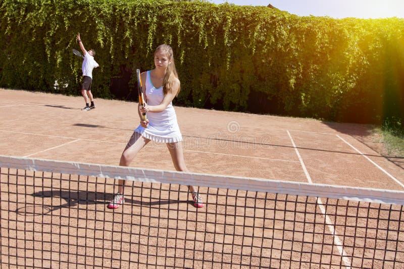 网球场的两位运动员 免版税库存图片
