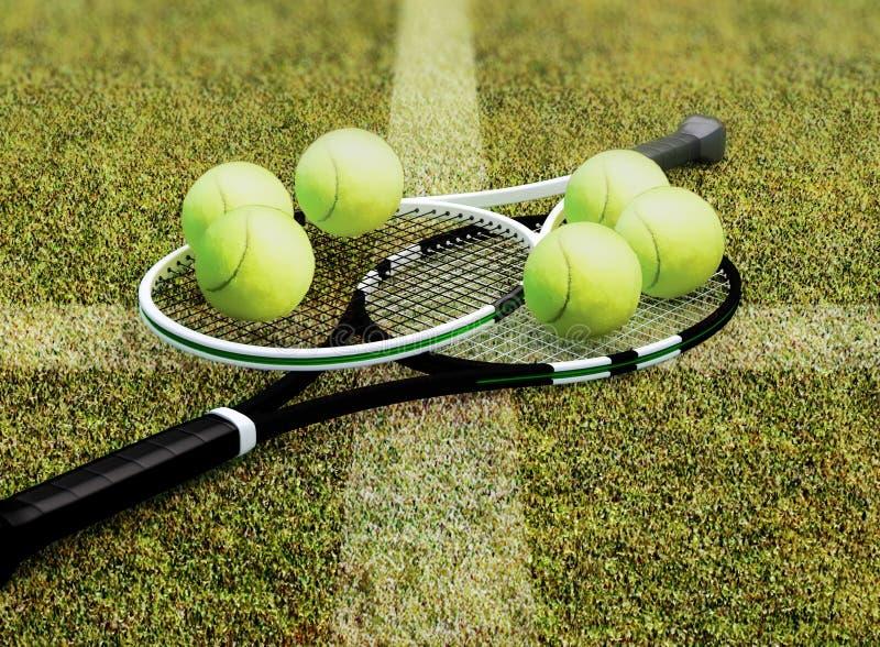 网球拍和球位于草地网球场 免版税库存照片