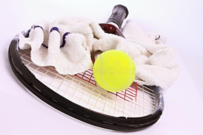 网球拍和球 免版税库存照片