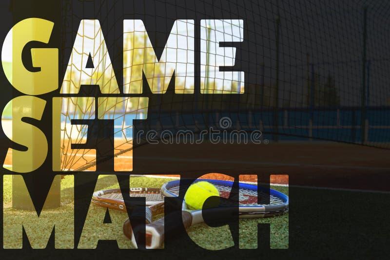 网球横幅文本构思设计 发短信在法院的网球拍 库存图片