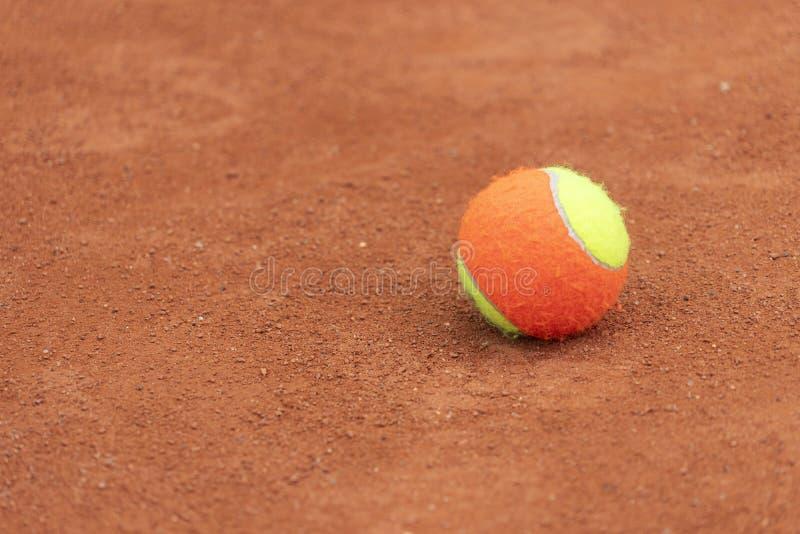 网球比赛背景 在网球场的训练网球 库存照片