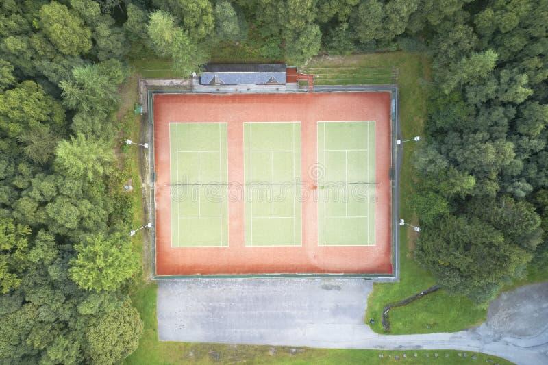 网球红土网球场空的鸟瞰图从上面 免版税库存图片