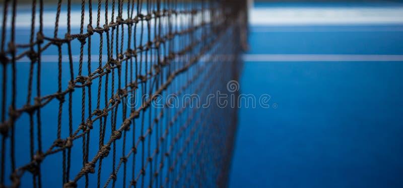 网球网和蓝色法院 库存图片