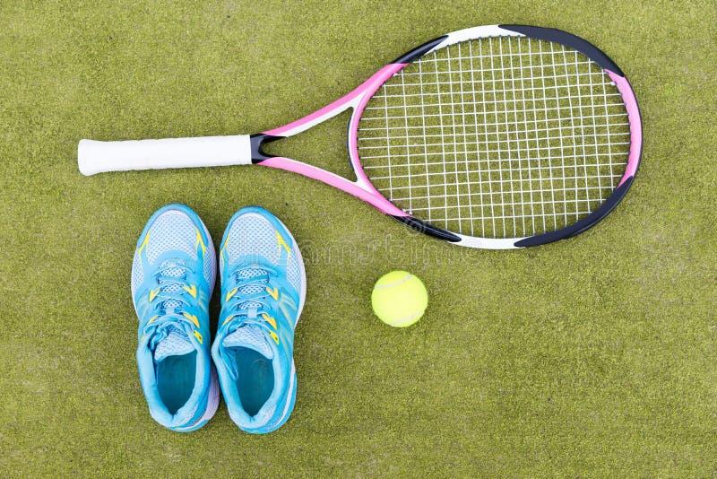 网球设备套网球拍、球和女性运动鞋 免版税库存图片