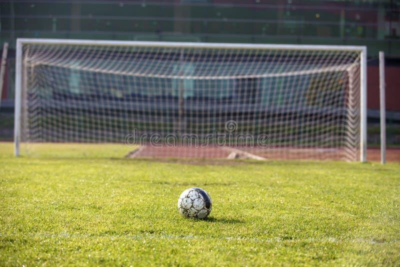 网的看法在空置足球沥青的 免版税图库摄影