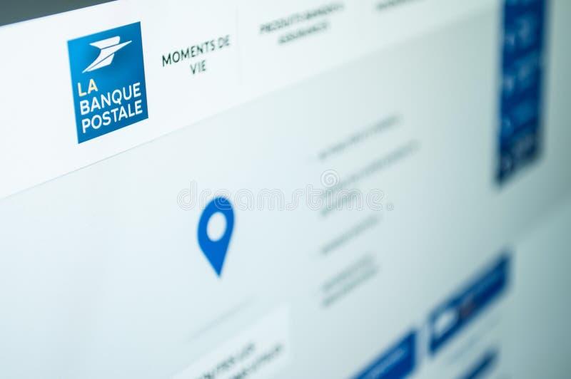网站法国邮政银行主页的特写镜头在屏幕上的 图库摄影