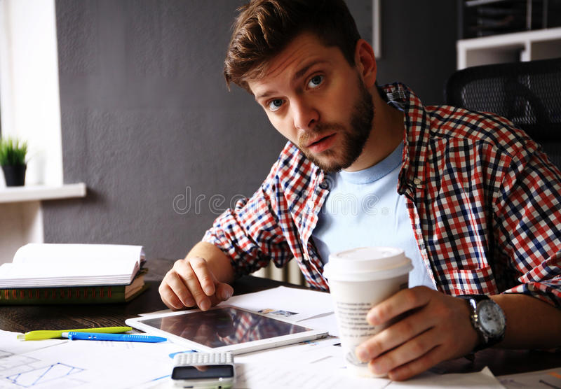网站设计师工作数字式片剂和计算机膝上型计算机的和数字式设计在木书桌上用图解法表示 免版税图库摄影