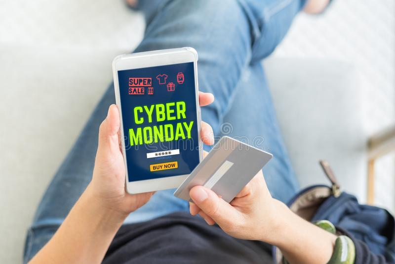 网络使用信用卡的星期一销售买与电视节目预告代码,顶面v 库存照片