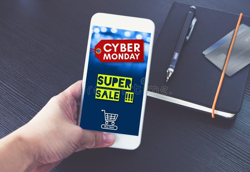 网络星期一与购物车的销售标记在流动屏幕,手h上 库存照片