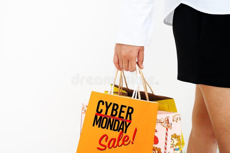网络星期一销售 假日网上购物概念 拿着五颜六色的购物带来的愉快的女孩 库存照片