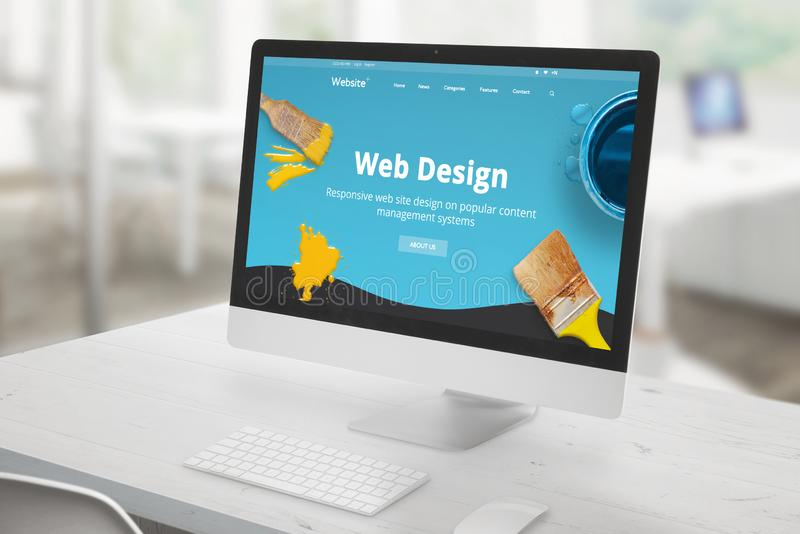 网络设计与计算机显示器在办公桌上和现代,平的网络设计演播室介绍的演播室概念在有brus的屏幕上 免版税库存图片