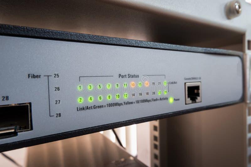 网络转接LED在网上显示绿色和橙色状态 库存照片