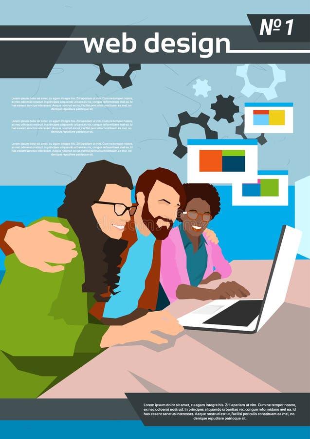 网设计师使用膝上型计算机创造性的过程的队工作 皇族释放例证