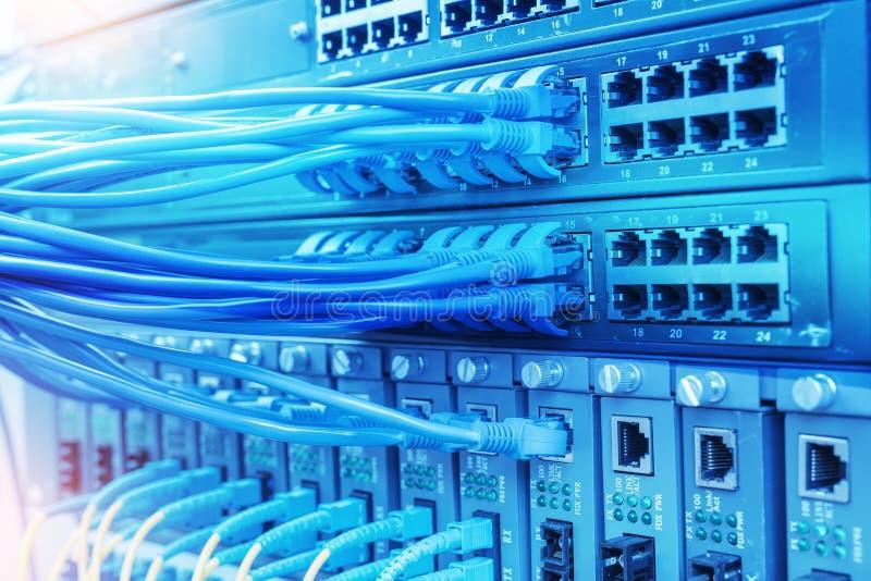 网络缆绳和插孔特写镜头与光学的纤维 免版税库存照片