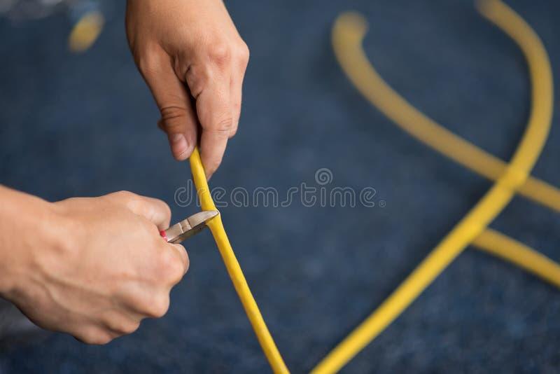 网络缆绳,放置局部网络的过程的切口与切削刀的 集合 免版税库存照片