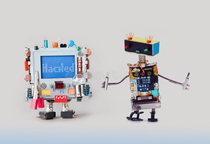 网络罪行概念 IT专家有看五颜六色的计算机的螺丝刀的机器人军人 机敏的警告 图库摄影