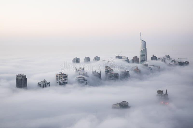 罕见的冬天早晨雾在迪拜,阿拉伯联合酋长国 免版税图库摄影