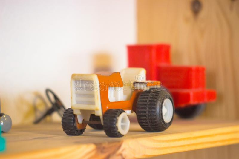 罕见的在白色的葡萄酒红色拖拉机玩具 免版税库存图片