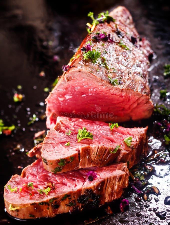 罕见的烤牛肉内圆角的食家部分 库存图片