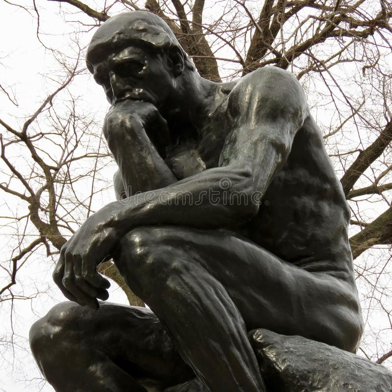 罗丹思想家的` s雕象,费城, PA 免版税库存图片