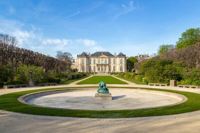 罗丹是法国雕刻家 auguste显示法国法国博物馆巴黎rodin雕刻家工作 它标题字排版在法国雕刻家奥古斯特・罗丹旁边 免版税库存图片