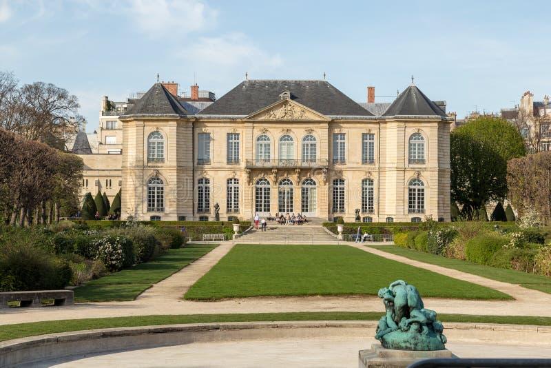 罗丹是法国雕刻家 auguste显示法国法国博物馆巴黎rodin雕刻家工作 它标题字排版在法国雕刻家奥古斯特・罗丹旁边 库存图片
