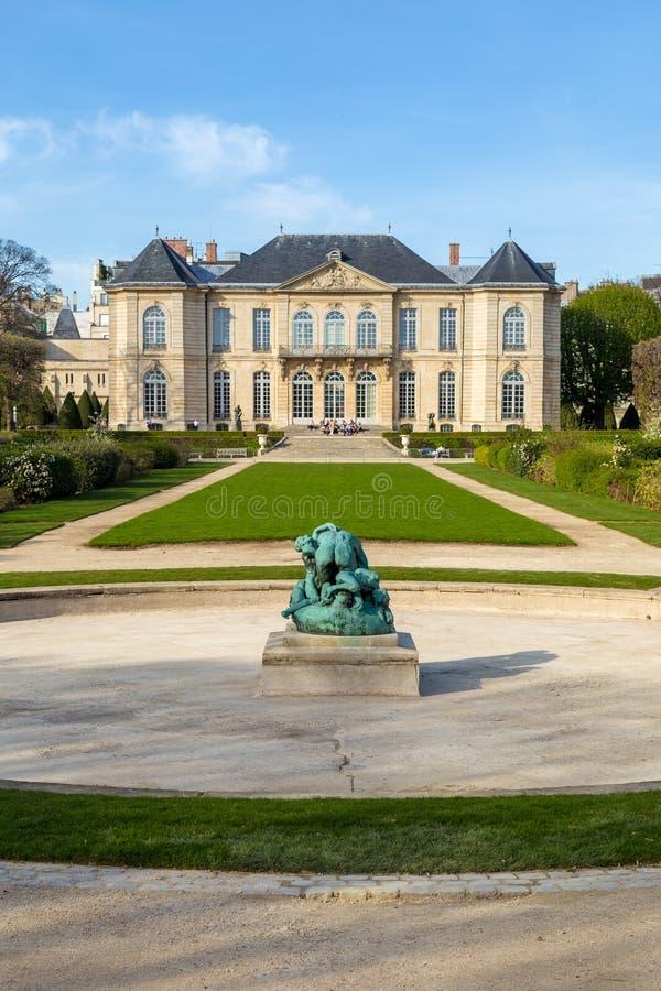 罗丹是法国雕刻家 auguste显示法国法国博物馆巴黎rodin雕刻家工作 它标题字排版在法国雕刻家奥古斯特・罗丹旁边 图库摄影