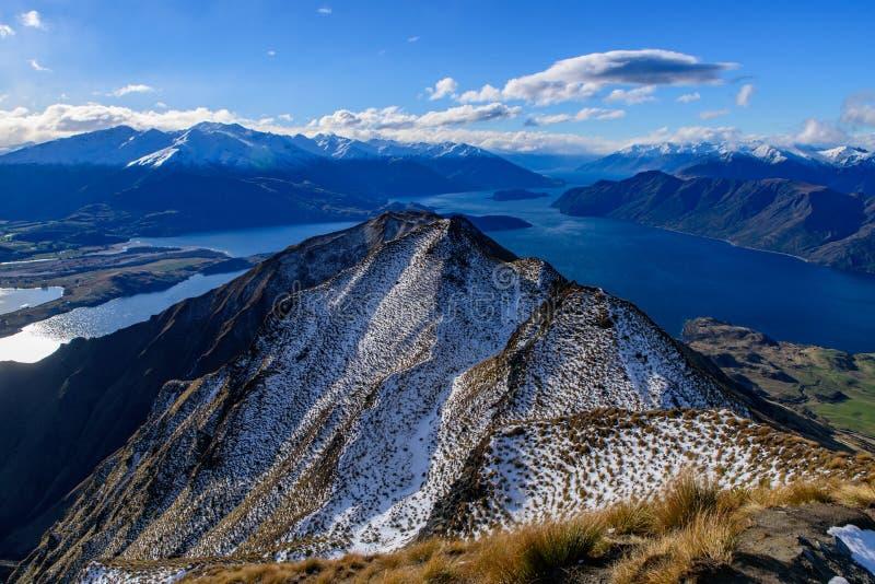 罗伊用雪报道的` s峰顶在冬天, Wanaka,新西兰 库存图片