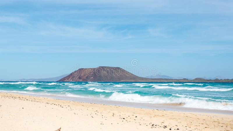 罗伯斯海岛和科拉莱霍沙丘在费埃特文图拉岛,加那利群岛,西班牙 免版税库存图片