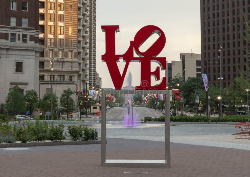 罗伯特・印第安纳` s爱雕塑的再生产在约翰F 肯尼迪广场,中心城市,费城,宾夕法尼亚 库存照片