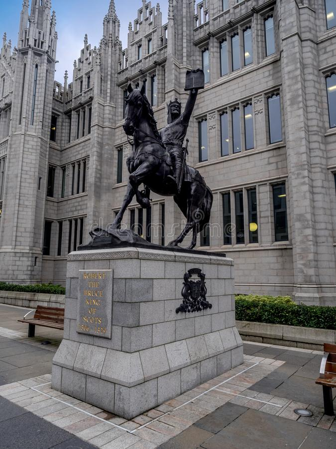 罗伯特・布鲁斯雕象在Marischal学院前面的 免版税库存照片