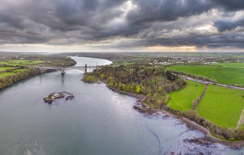 罗伯特・斯特芬松不列颠尼亚桥梁运载路和铁路横跨Menai海峡之间, Snowdonia和Anglesey 库存图片