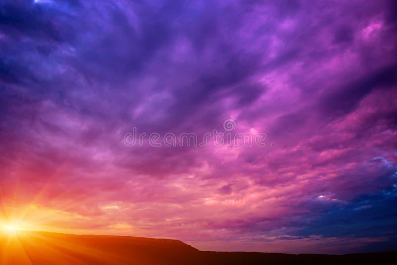 紫罗兰色日落的照片与云彩的 免版税图库摄影
