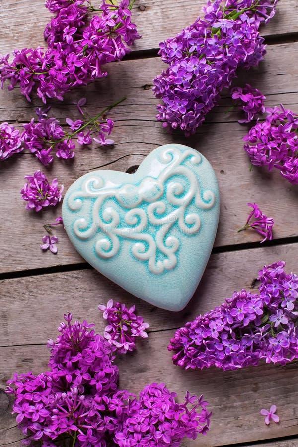 Download 紫罗兰色淡紫色花和绿松石装饰心脏 库存照片. 图片 包括有 礼品, 年龄, 本质, 邀请, 自然, 开花 - 72356788