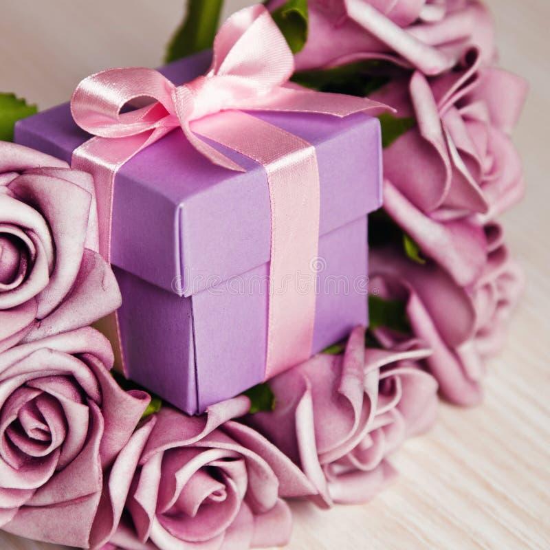 紫罗兰色玫瑰和礼物盒 库存图片